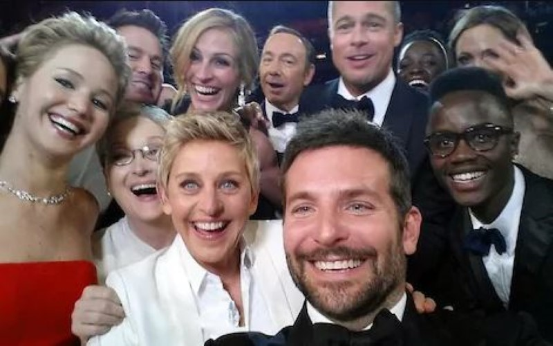 Group Selfie of ellen Degenres and Celebrities
